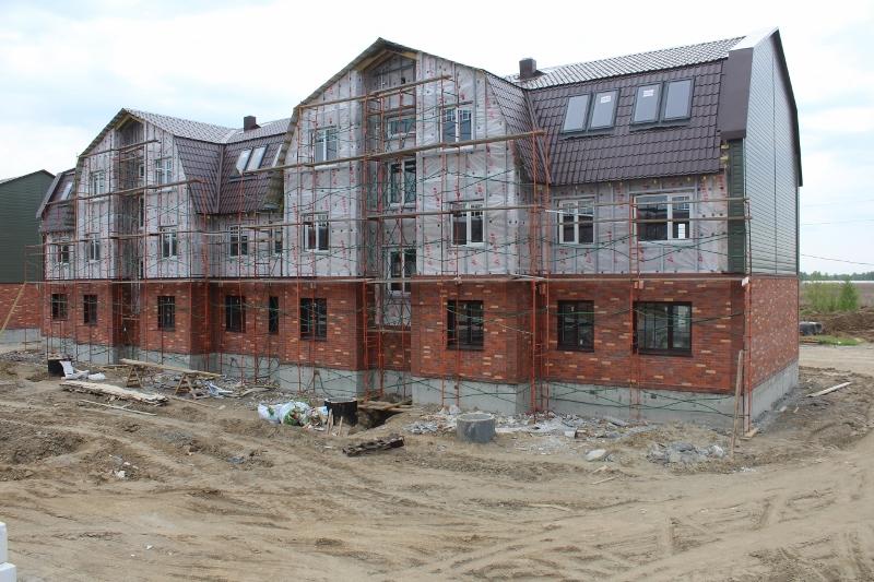 Парковая, 11. Вид на главный фасад. Установили леса для монтажа металлосайдинга на фасаде.