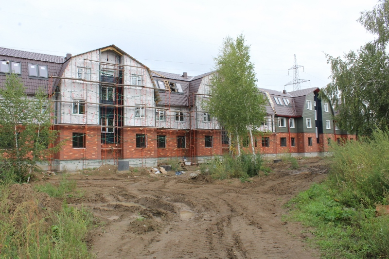 Вадима Туманова, 1а. Вид на главный фасад. Монтаж металлосайдинга на последней половине дома.