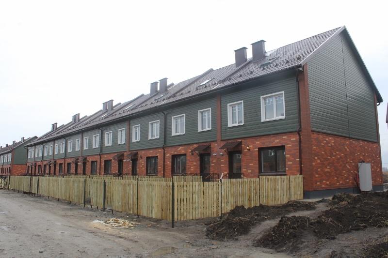 Парковая, 8. Вид на дворовой фасад. Смонтировали деревянную обрешетку забора на половине дома.