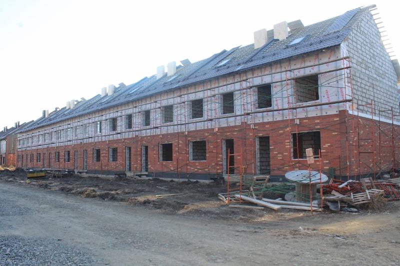Парковая, 12. Вид на дворовой фасад. Устанавливаем леса для монтажа металлосайдинга на фасаде.