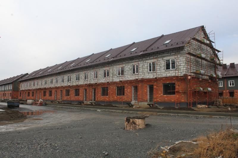 Парковая, 12. Вид на главный фасад. Смонтировали окна во всем доме. Устанавливаем леса для монтажа металлосайдига наружных стен.