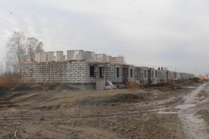 Квартал Согласия, 1. Вид на дворовой фасад. Залили бетоном перекрытие ½ дома, завезли сибит для последующего устройства стен.