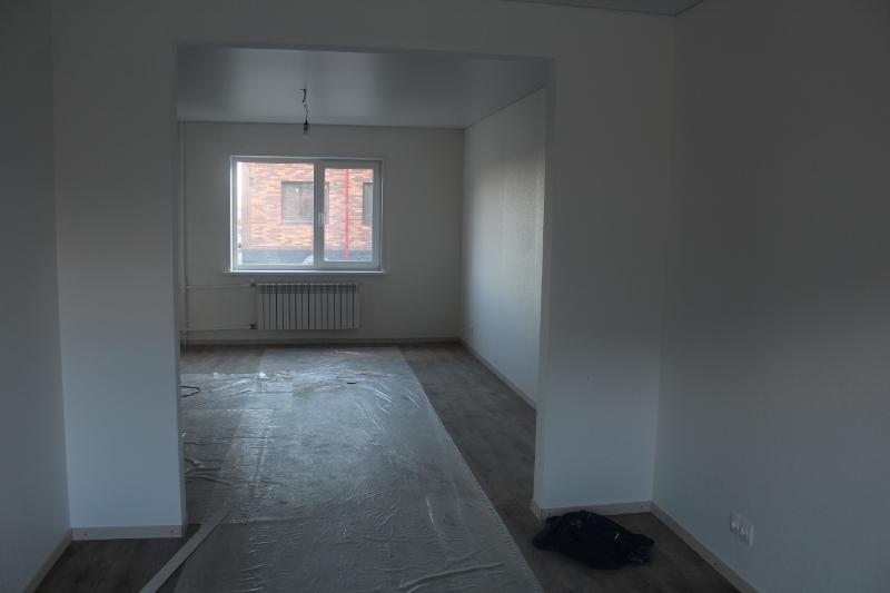 Вид из кухни на комнату первого этажа.
