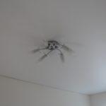Люстра на потолке в жилых комнатах второго этажа.