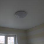 Светильник на натяжном потолке в ванной