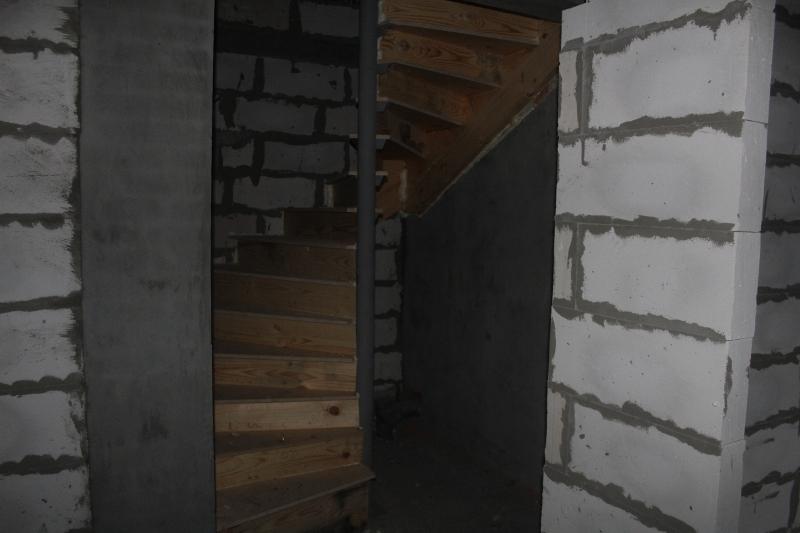 Парковая, 10. Монтируем деревянные лестницы внутри домов.