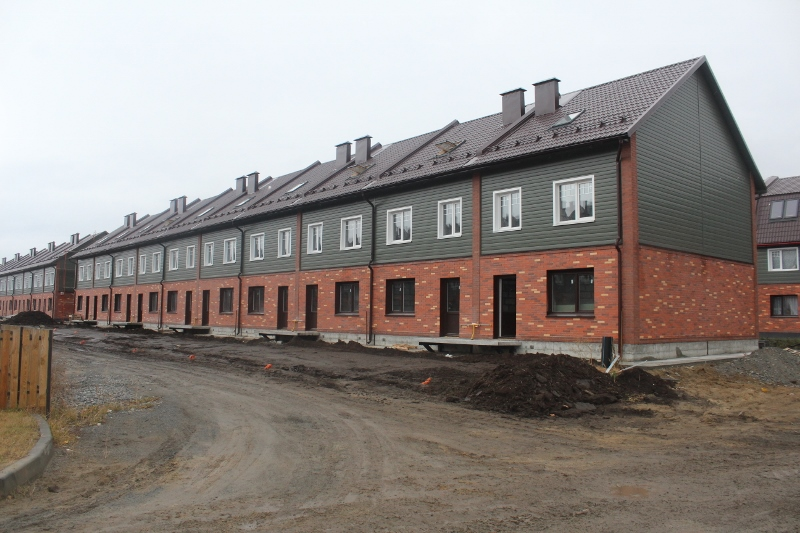 Парковая, 10. Вид на дворовой фасад. Установили двери и плиты на крыльцах домов.