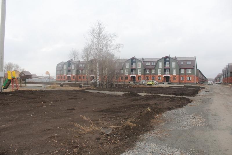 Отсыпали и спланировали черноземом зону отдыха со стороны главного фасада многоквартирных домов по ул. Парковой, 1 и 2.