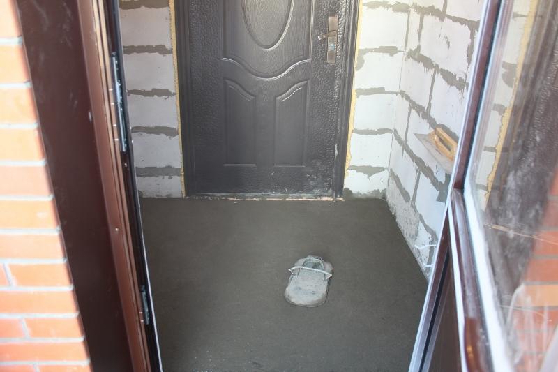 Жилой дом по ул. Парковая, 10. Внутрь попасть не смог, так как свежая стяжка, покажу только в тамбуре.