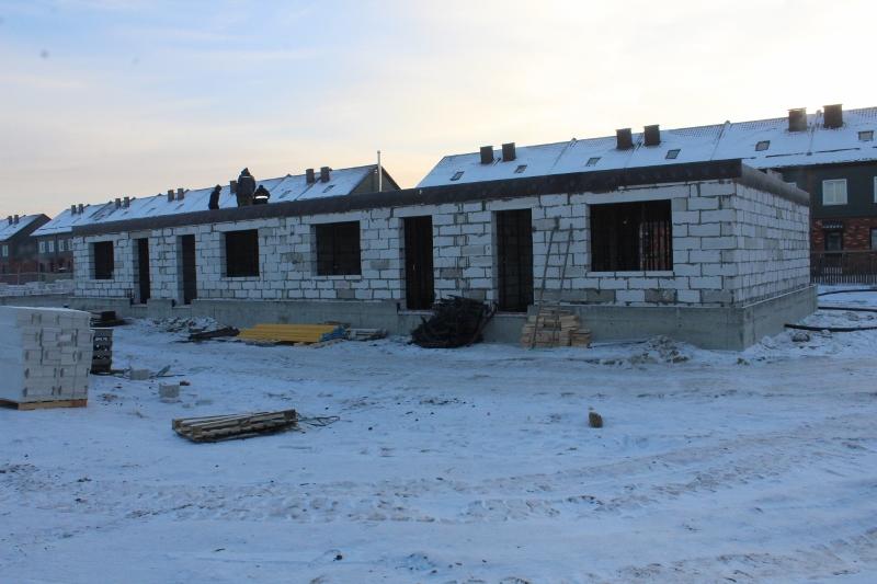 Жилой дом по ул. Вадима Туманова, 2а. Вид на главный фасад. Подняли стены первого этажа.
