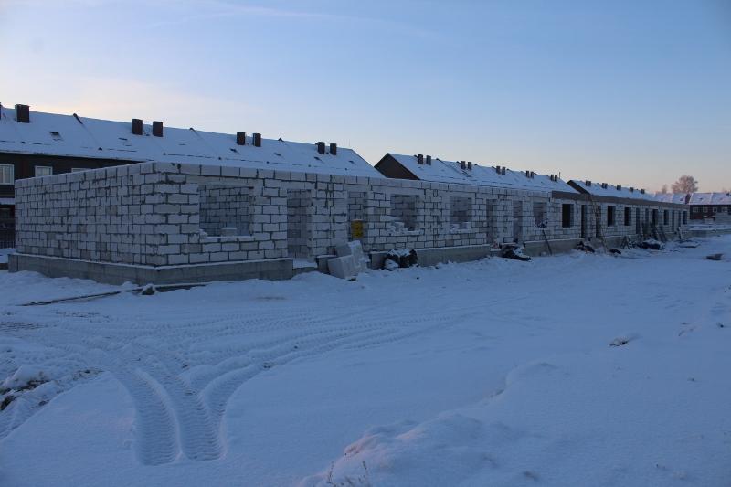 Жилой дом по ул. Вадима Туманова, 4а. Вид на главный фасад. Полностью подняли стены первого этажа. Ведутся работы по устройству монолитного перекрытия первого этажа.