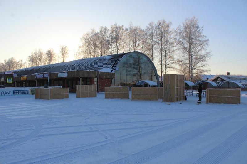 На Ритейл-парке «Пригородный простор» устанавливаем опалубку для устройства снежных фигур будущего снежного городка. Вот только огромная проблема с наличием снега в этом сезоне :-(.
