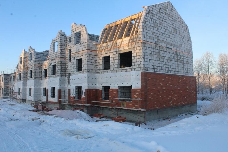 Многоквартирный дом квартал Согласия, 1. Вид на главный фасад. Ведутся работы по утеплению фасада и кладке облицовочного кирпича.