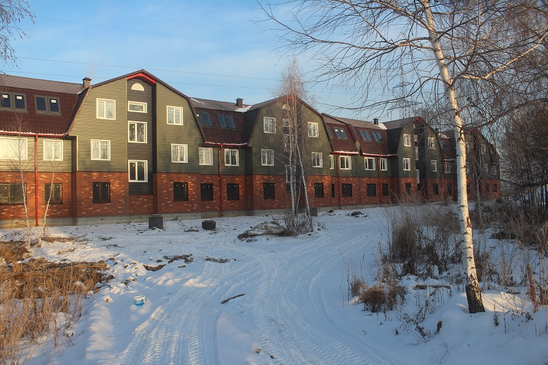 Многоквартирный дом по адресу: Вадима Туманова, 1а. Вид на главный фасад.