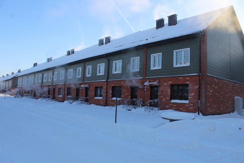 Жилой дом (таунхаус) по адресу: ул. Парковая, 12. Вид на дворовой фасад. Работают газовые котлы в домах.