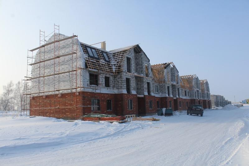 Многоквартирный дом квартал Согласия, 1. Вид на дворовой фасад. Утеплили торец дома, начали монтировать окна на 3-м этаже.
