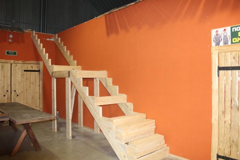 В вещевом рынке начали устройство лестницы на будущий второй этаж.