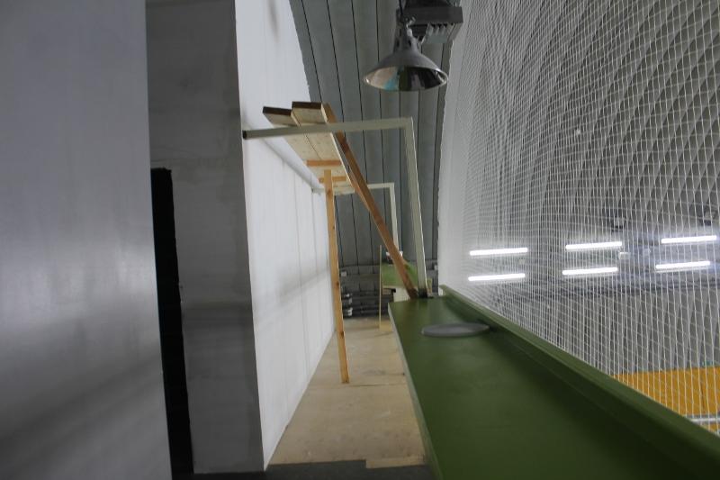 Спортивный центр. Барная стойка по всей длине второго этажа.
