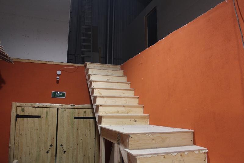 Вещевой рынок. Обшили лестницу на второй этаж.