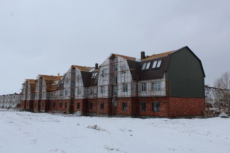 квартал Согласия, 1. Вид на главный фасад. Утепляем фасад дома, начался монтаж металлочерепицы на кровле.