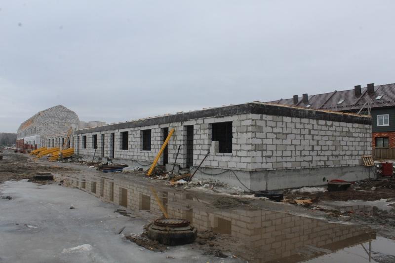 Вадима Туманова, 3а. Вид на главный фасад. Залили монолитное перекрытие первого этажа на второй половине дома.