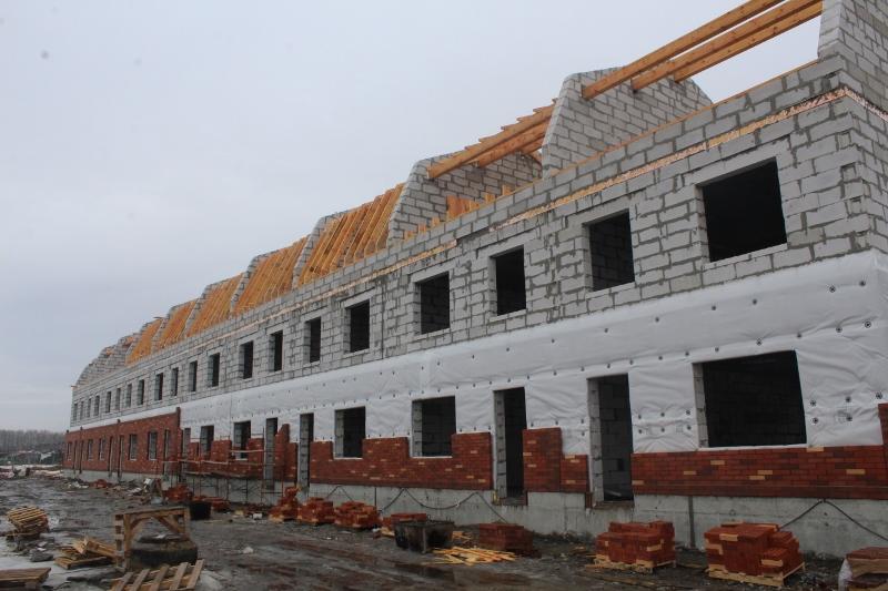 Вадима Туманова, 4а. Вид на главный фасад. Ведутся работы по кладке облицовочного кирпича на первом этаже.