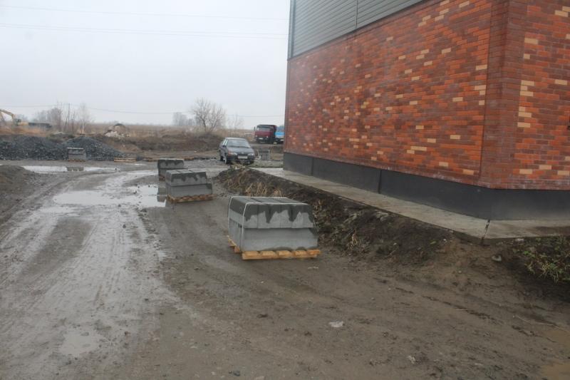 Разложили для последующего монтажа бордюры на дорогах.