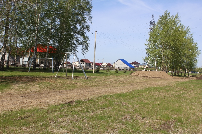 На этой неделе начали облагораживать детский парк перед въездом в микрорайон. Установили пока что два игровых элемента. На этой фотографии видна будущая канатная дорога, осталось только повесить трос!