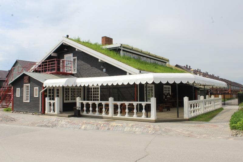 Выполнили навес на летней веранде ресторана «Ферма»