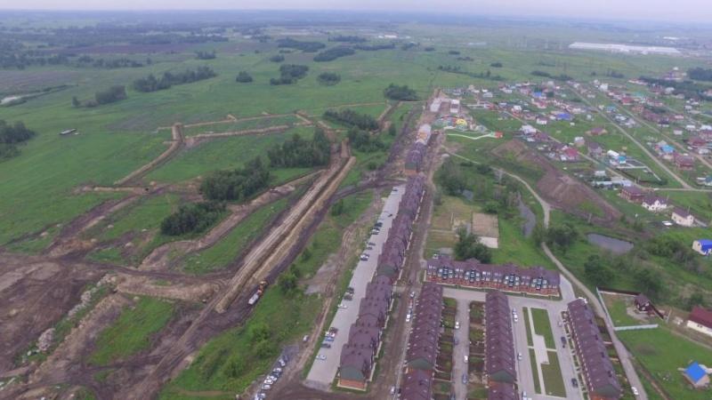 Слева идет вырезка чернозема, справа вверху фотографии его поднимают на гору, высота которой уже достигла 23 метров
