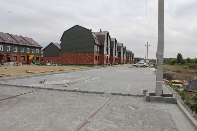 Бригада, укладывающая брусчатку на параллельной стороне с дворовых фасадов многоквартирных домов, немного опережают предыдущую бригаду, они уже дошли до Парковой, 7!