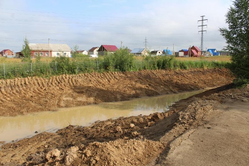 Выкопали небольшой приемник дождевой воды рядом с В.Туманова, 1а.