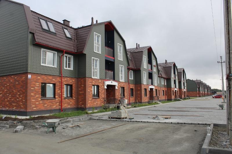 Со стороны дворового фасада многоквартирных домов, брусчаткой подкрадываемся уже к торцу Парковой, 7.