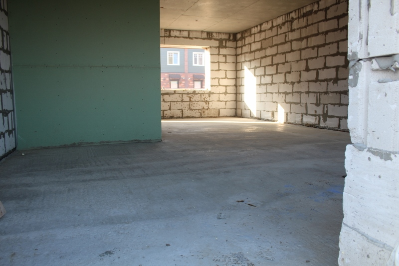 Вадима Туманова, 3а. Залили бетонный пол на первом этаже всего дома.