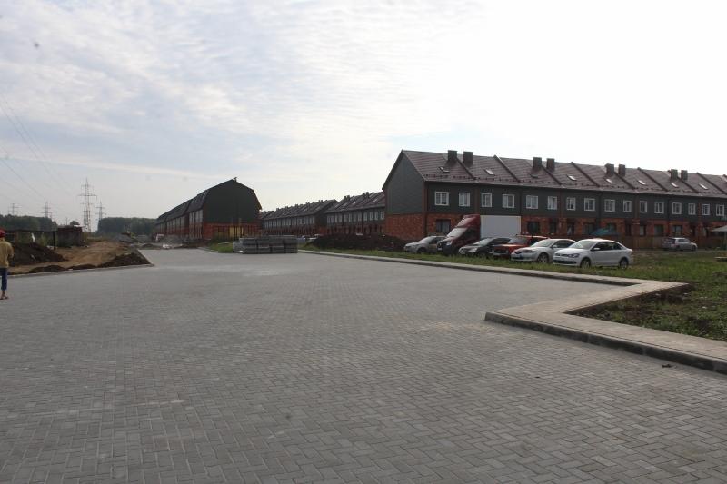 Большая парковка для посетителей детской площадки за жилым домом ул. В.Туманова, 1.