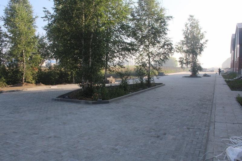 Вадима Туманова, 1а. Оставили островки с деревьями, смотрится очень красиво.