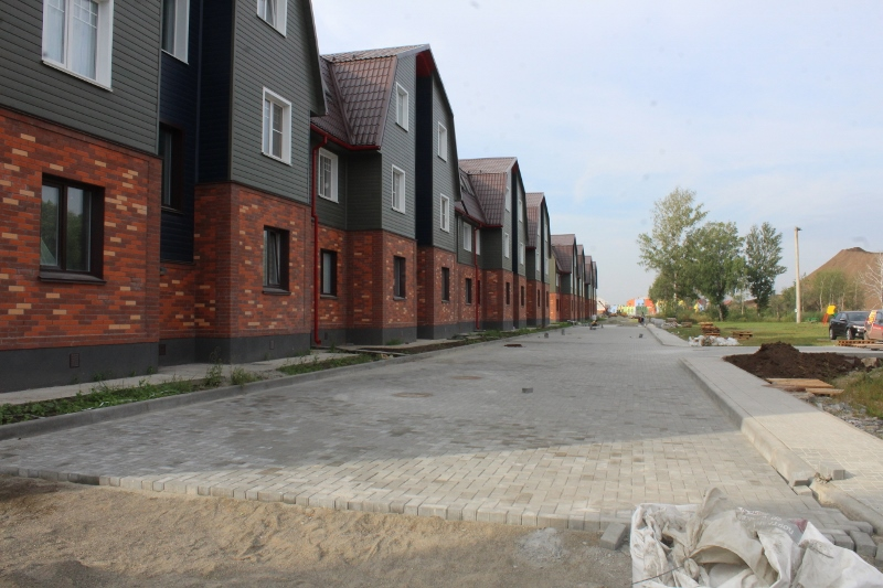 Продолжаем укладывать брусчатку вдоль многоквартирных домов по ул. Парковая, 2-1.
