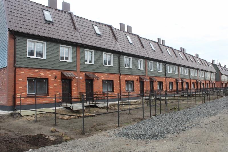 Вадима Туманова, 3а. Вид на дворовой фасад. Готов металл на заборе, осталось обшить деревом.