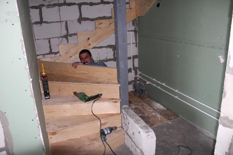 Вадима Туманова, 3а. Продолжаем монтировать оставшиеся деревянные лестницы в домах.