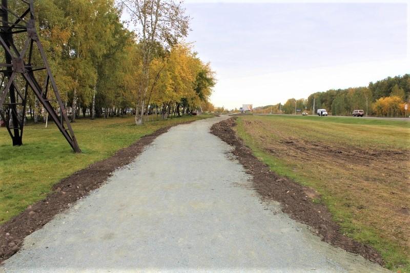 Отсыпали откосы черным грунтом на нашей новой пешеходной дорожке в сторону с.Толмачева.
