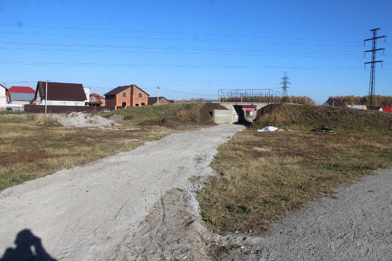 Отсыпали отсевом велодорожку в сторону моста.